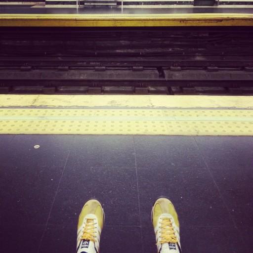 Pasos en amarillo